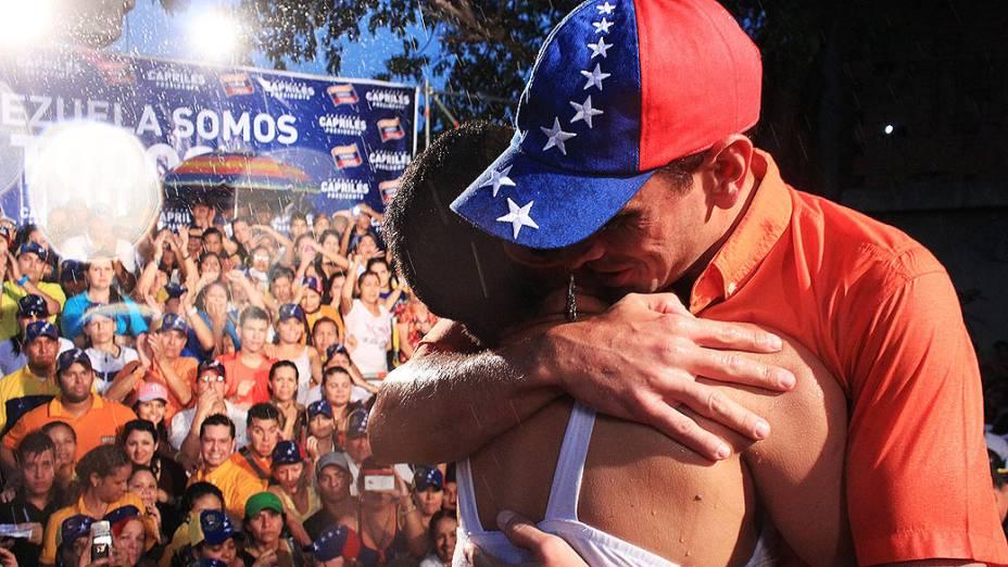 Henrique Capriles abraça eleitora durante comício em Mario Briceño Iragorry, no estado de Aragua, em 23/03/2013