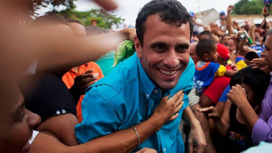 Candidato da oposição Henrique Capriles cumprimenta eleitores durante comício em Carora, no estado de Lara, em 24/03/2013