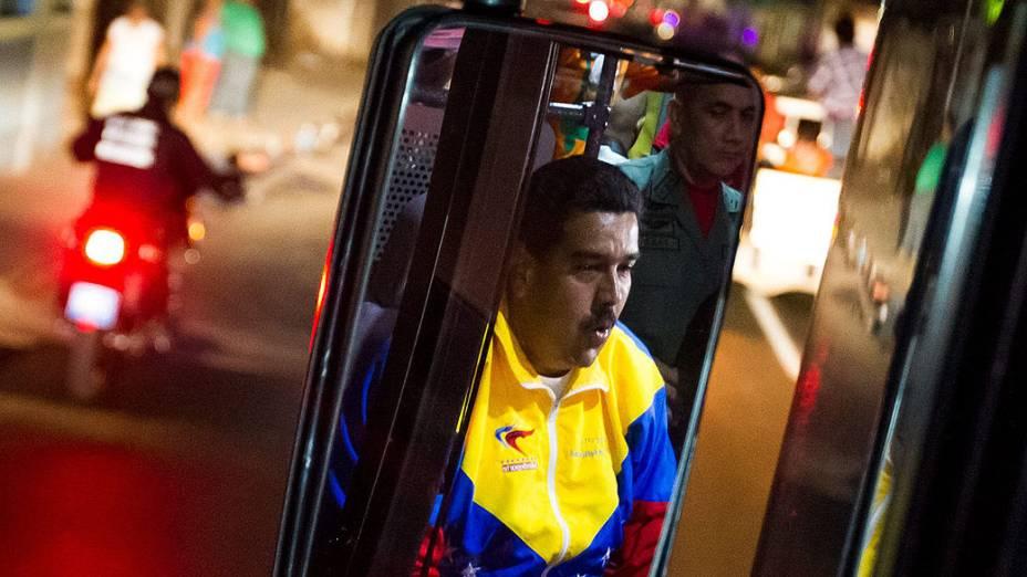 Presidente Nicolás Maduro dirige um ônibus, durante campanha em Puerto Ordaz na Venezuela