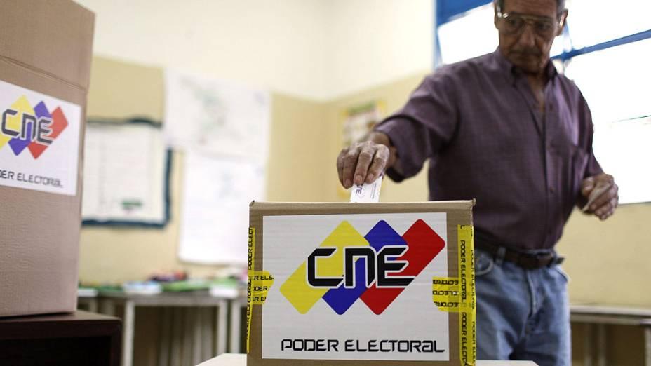 Eleitor deposita seu voto em uma urna
