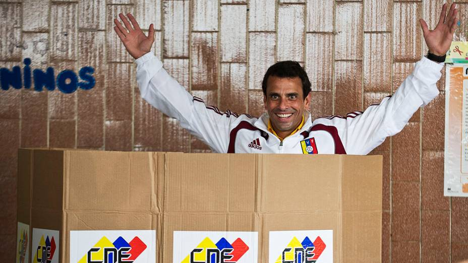 Candidato da oposição Henrique Capriles comparece para votar em Caracas neste domingo (14)