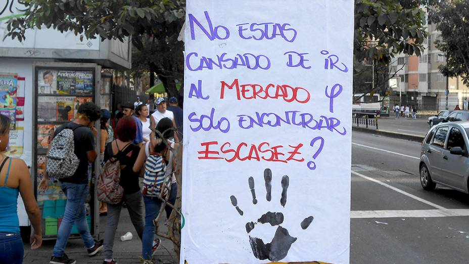 Cartaz de protesto colado em um muro de Caracas, na Venezuela