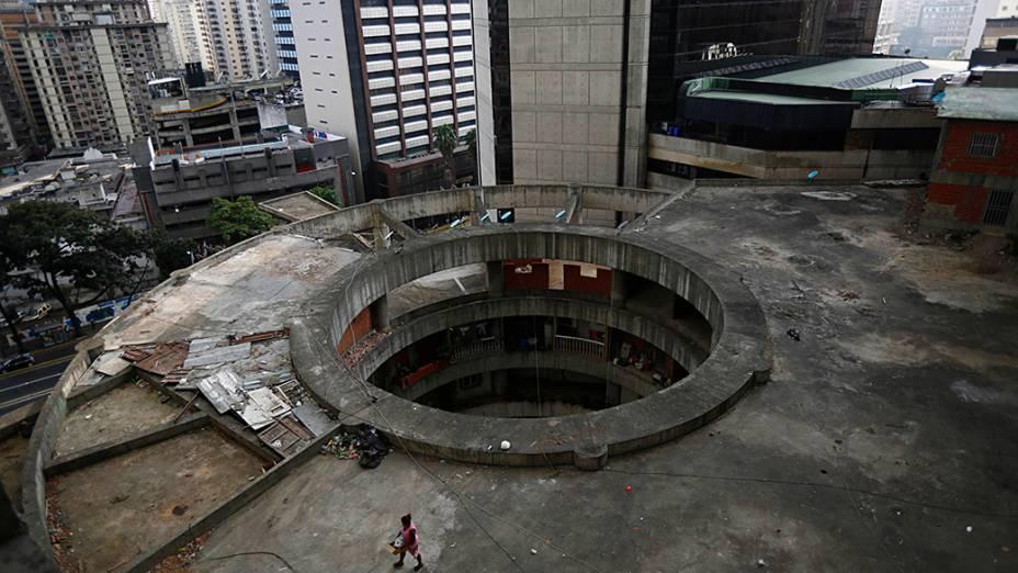 Cerca de 3000 pessoas ocupam a torre, que teve sua construção abandonada em 1994. O local se transformou em uma espécie de favela vertical no centro de Caracas
