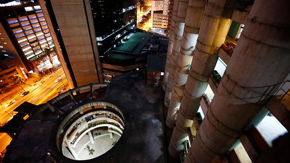 O edifício de 45 andares possui um heliporto , vistas para a cordilheira Avila, e amplas varandas para churrascos de fim de semana