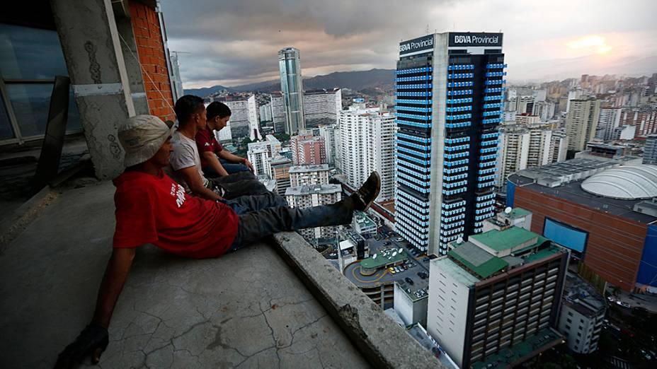 O edifício de 45 andares possui um heliporto, vistas para a cordilheira Avila, e amplas varandas para churrascos de fim de semana