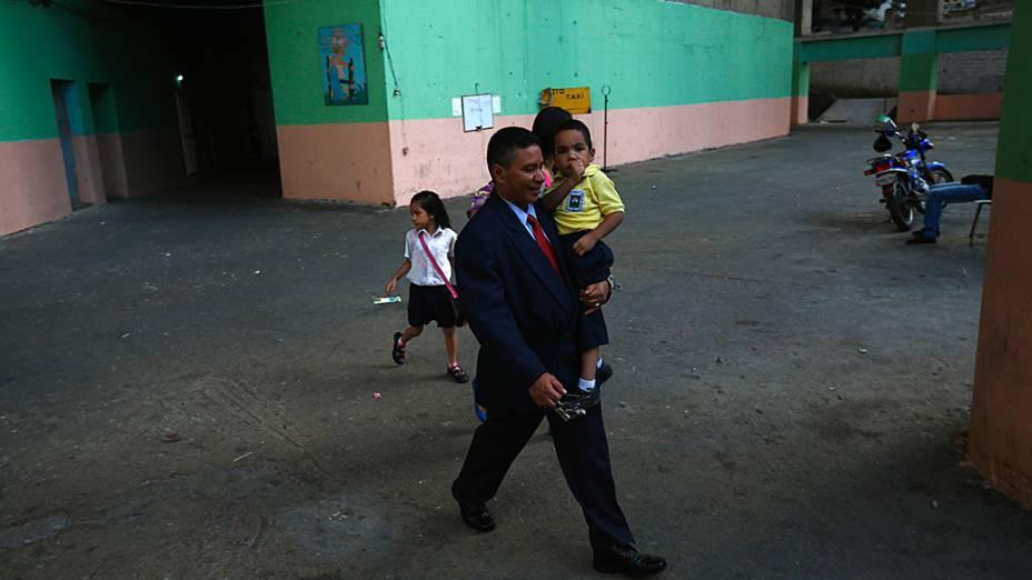 A vida no interior da Torre de Davi um arranha-céus abandonado em Caracas que se tornou moradia de dezenas de famílias pobres