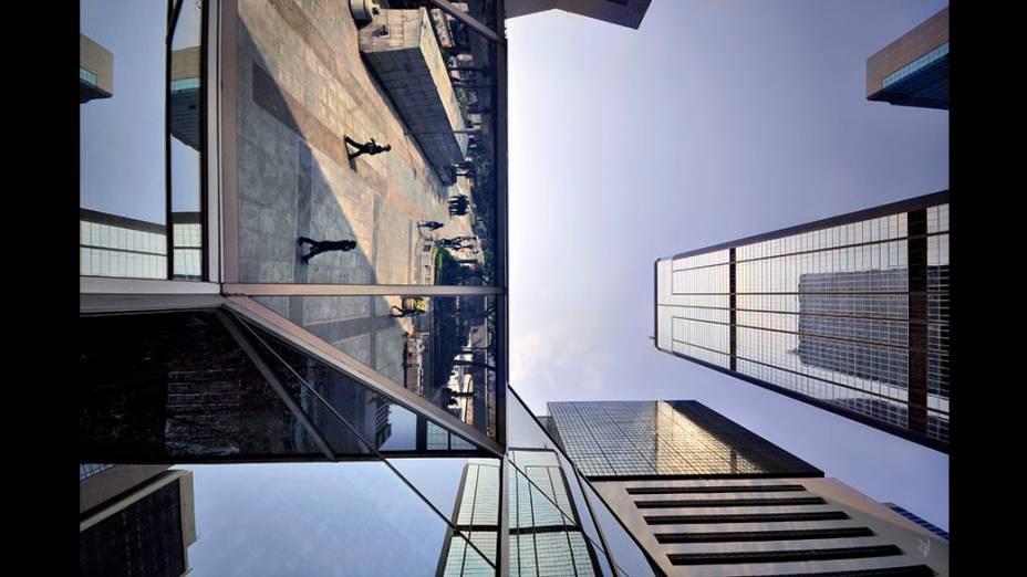 Foto integrante do livro Vertical Horizon publicado pela Asian One sobre os prédios de Hong Kong, considerada um centro da arquitetura moderna