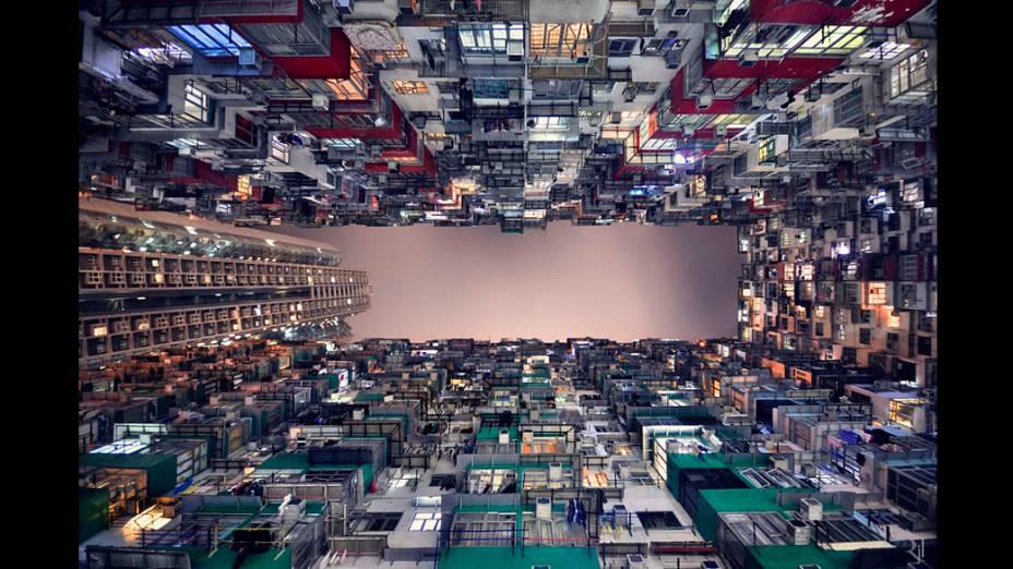 Foto integrante do livro Vertical Horizon publicado pela Asian One sobre os prédios de Hong Kong. Devido ao seu espaço limitado Hong Kong é considerada uma das cidades mais verticais do mundo