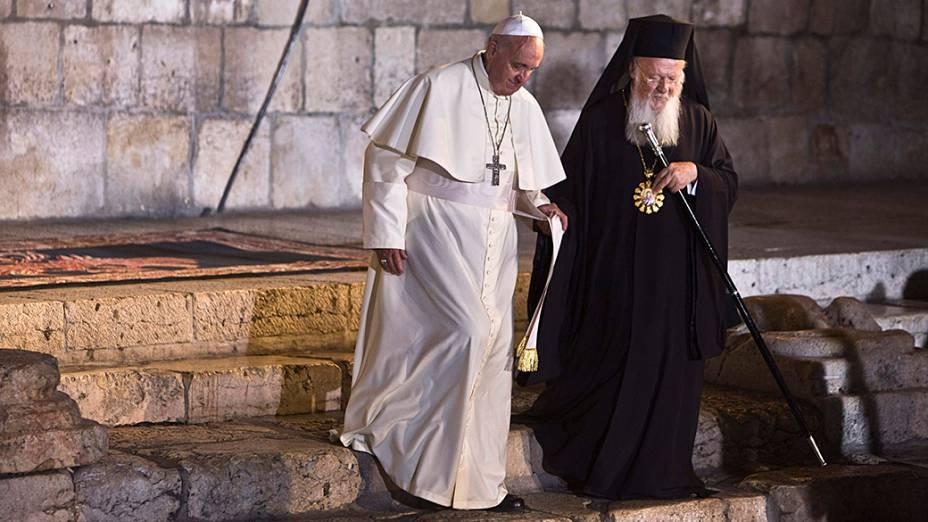Papa Francisco encontra o Patriarca Ecumênico de Constantinopla, Bartolomeu do lado de fora da Igreja do Santo Sepulcro, na Cidade Velha de Jerusalém