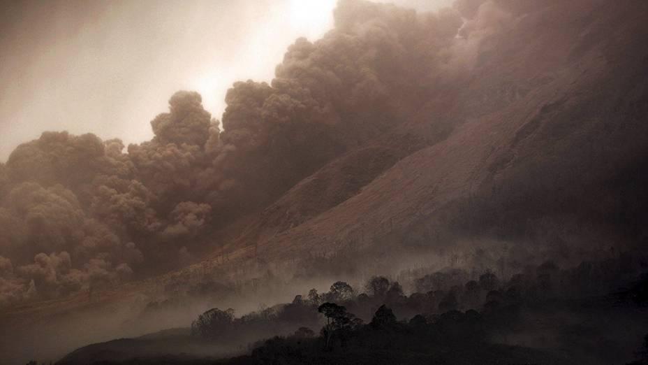 <p>Nuvem de fumaça cobre os arredores do vulcão Sinabung, em Karo, na Indonésia</p>