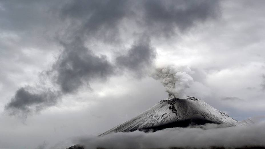 <p>O vulcão Popocatepetl coberto de neve, expele uma nuvem de vapor, em Puebla, no México</p>