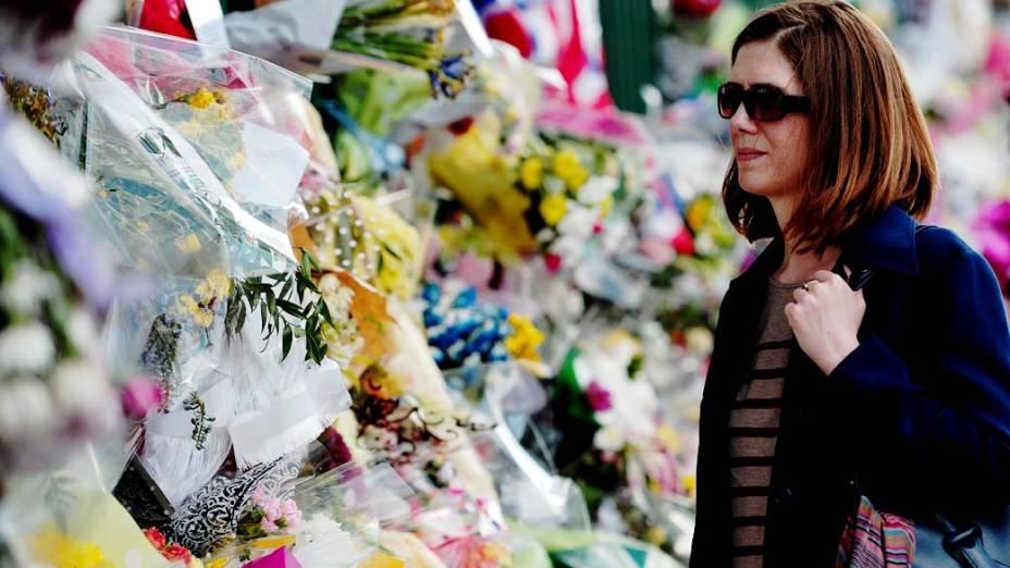 Mulher observa as homenagens prestadas ao soldado britânico assassinado em Woolwich, Londres