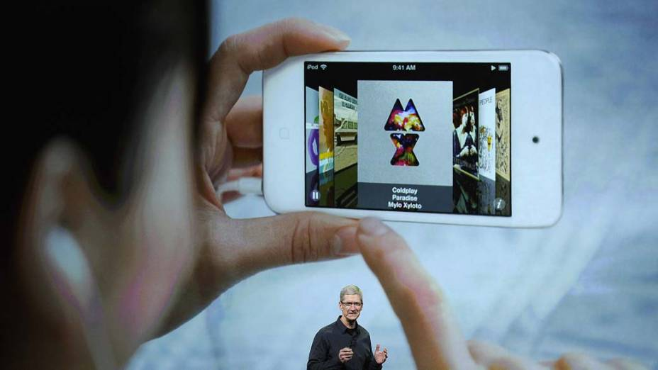 Pessoa usa iphone durante discurso de Tim Cook, CEO da Apple, em São Francisco, nos Estados Unidos