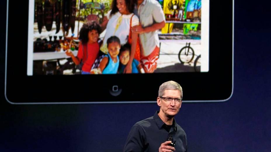 Tim Cook, CEO da Apple, discursa durante o evento com a imagem de um ipad antigo em São Francisco, nos Estados Unidos