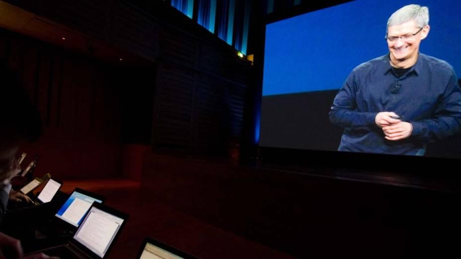 Telão projeta a imagem de Tim Cook, CEO da Apple, durante o evento em São Francisco, nos Estados Unidos