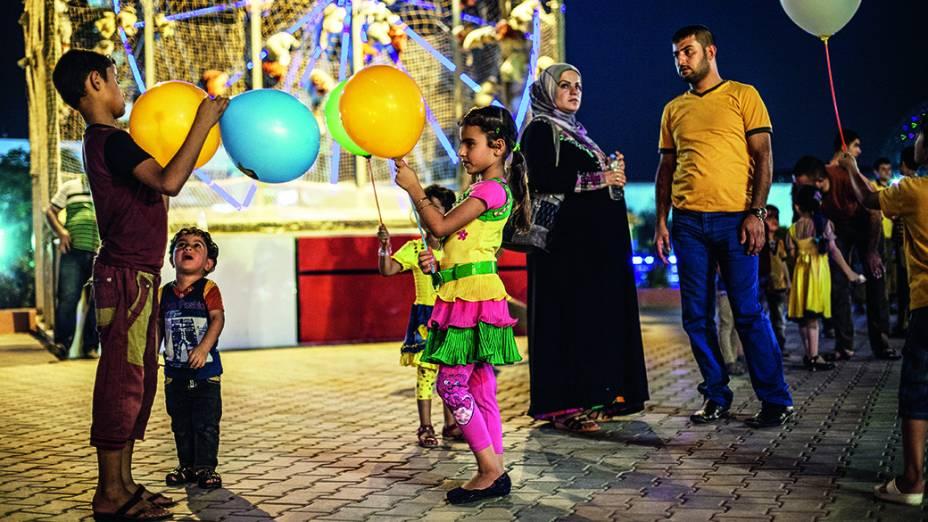 Família no parque de diversões em Erbil, no Iraque