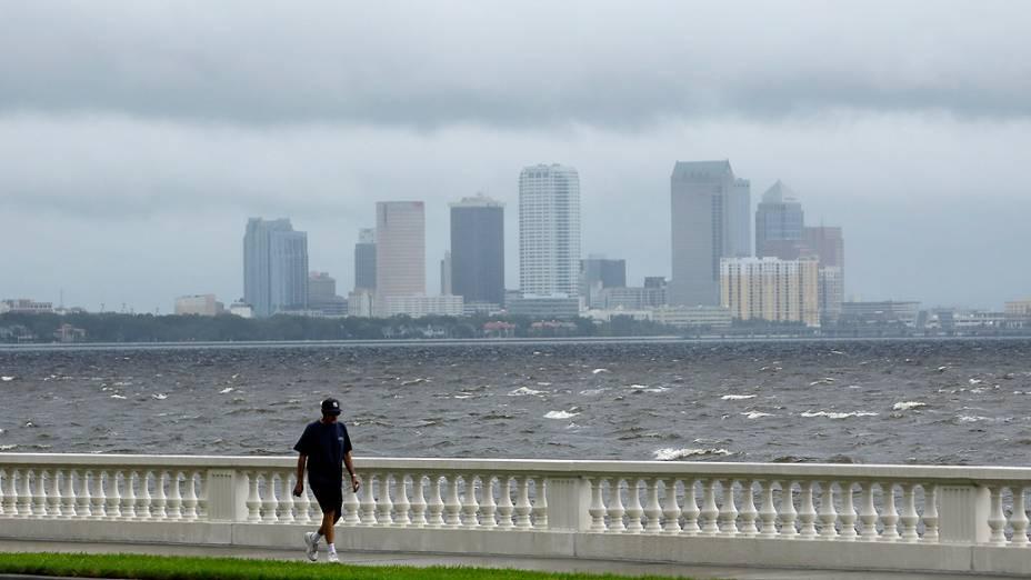 Ventos fortes atingem a baía de Tampa, na Flórida; tempestade Isaac pode se tornar o furacão mais forte desde o Katrina