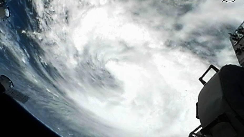 Fotografia feita por câmera instalada na Estação Espacial Internacional mostra a tempestade tropical Isaac se aproximando do estado de Louisiana, nos Estados Unidos