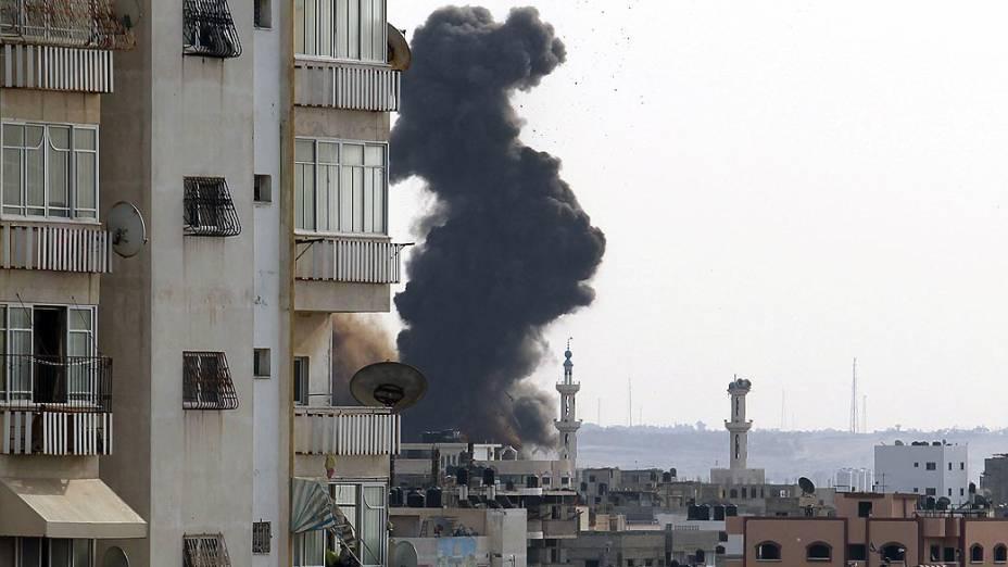 Fumaça sobe após ataque aéreo na Faixa de Gaza