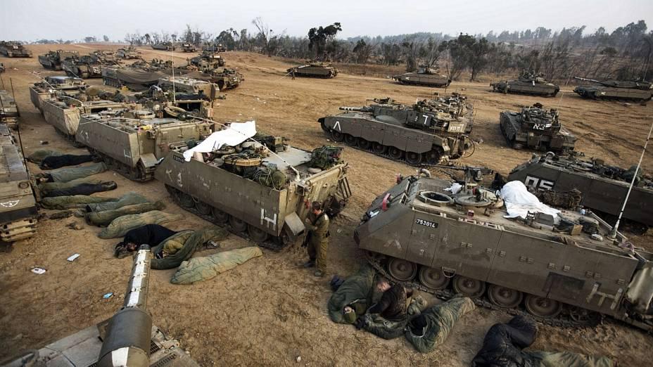 Tropas de Israel na fronteira com a Faixa de Gaza aguardam para possível invasão