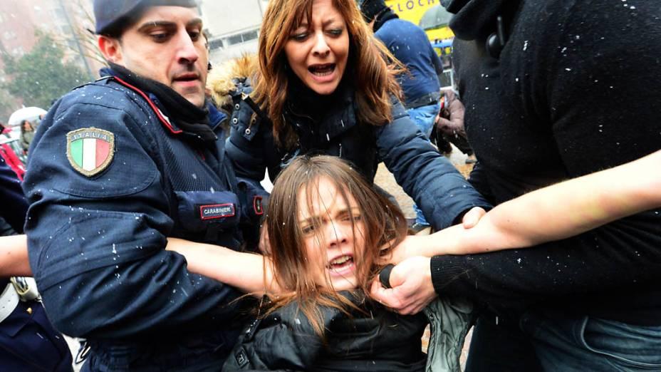 Protesto feminista na chegada de Berlusconi para votação em Milão