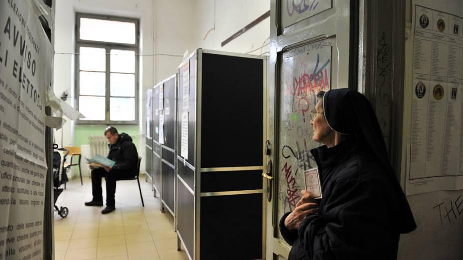 Freira aguarda para votar neste domingo, em Roma