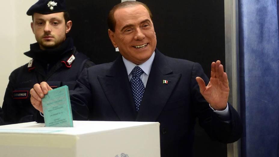 Silvio Berlusconi durante a votação neste domingo (24), em Milão