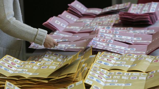 Contagem de votos em Roma. Comparecimento dos italianos ficou em 75%, abaixo dos 80% registrados em 2008