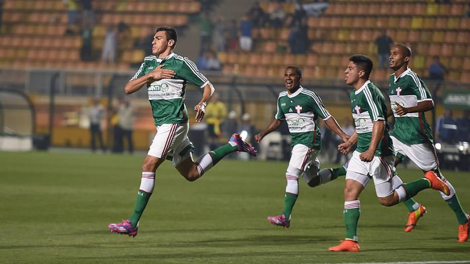 Lúcio, jogador do Palmeiras, comemora o primeiro gol pelo seu time contra o Vitória no Pacaembu