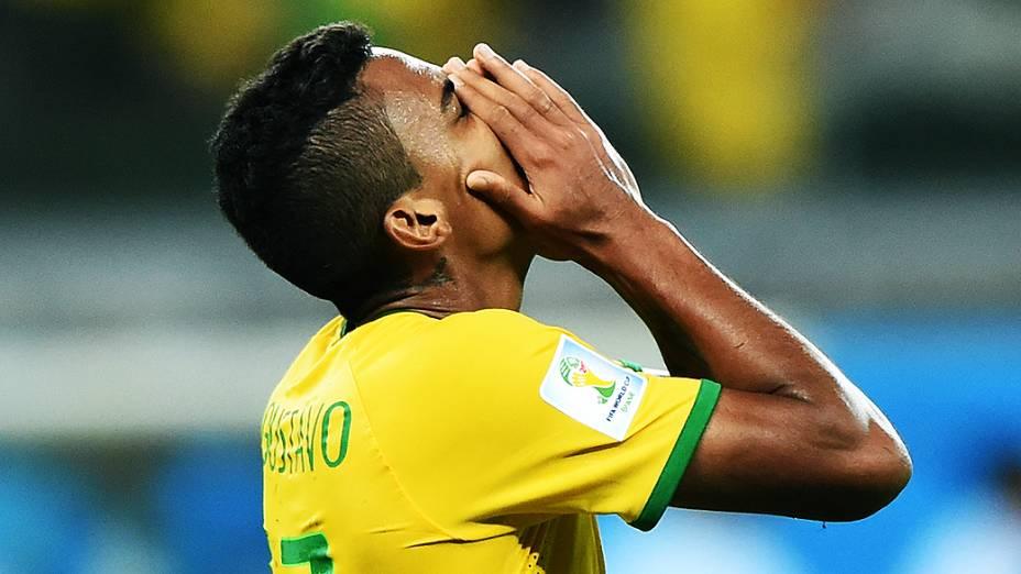 Luiz Gustavo lamenta derrota do Brasil para a Alemanha no Mineirão, em Belo Horizonte