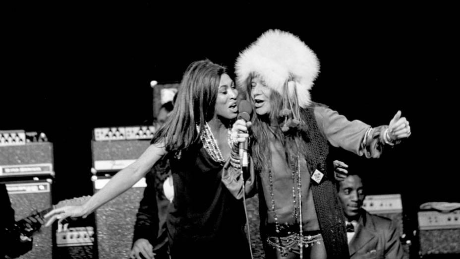Janis Joplin divide o vocal com Tina Turner durante apresentação nos anos 1960