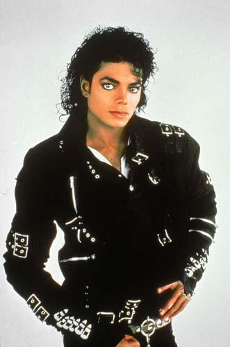 Com jaqueta de couro e tachas usada no clipe <em>Bad</em>, de 1987