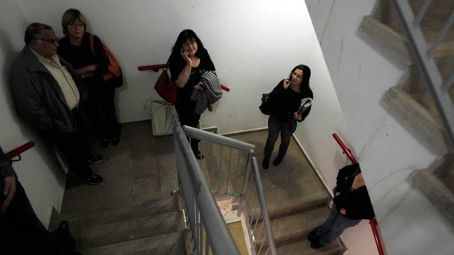 Israelenses se protegem em hospital após ouvirem sirenes de alerta, em Jerusalém