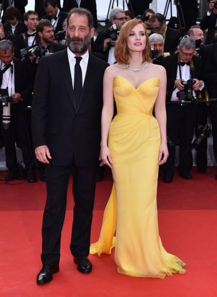 Jessica Chastain apostou no amarelo aberto para o vestido assinado pela grife Armani Prive. O look desfilado em Cannes fica completo com o colar de diamantes