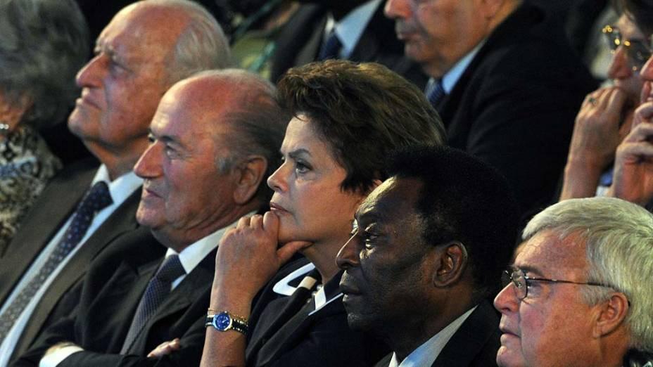 João Havelange (esq.) e Teixeira (dir.) no sorteio preliminar da Copa-2014 com Blatter, Dilma e Pelé, no Rio