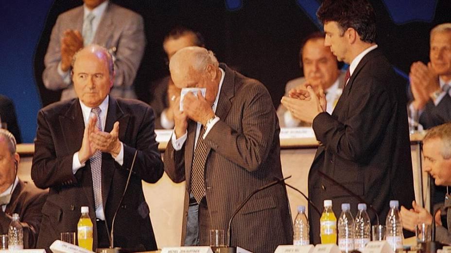 João Havelange ao deixar a presidência da Fifa, em congresso da entidade, na França, em 1998; ao seu lado, Joseph Blatter, que era secretário-geral em sua gestão