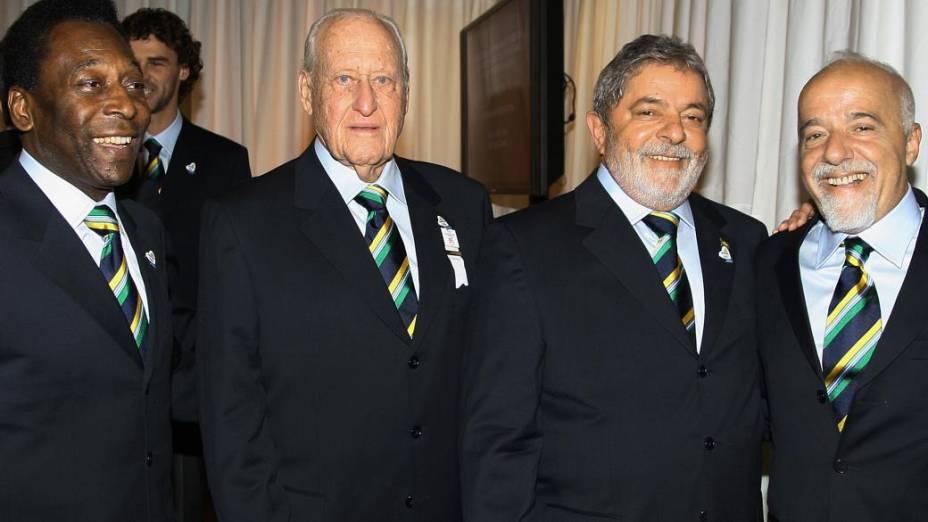 Pelé, João Havelange, Luiz Inácio Lula da Silva e Paulo Coelho comemoram a escolha do Rio para sediar os Jogos Olímpicos de 2016