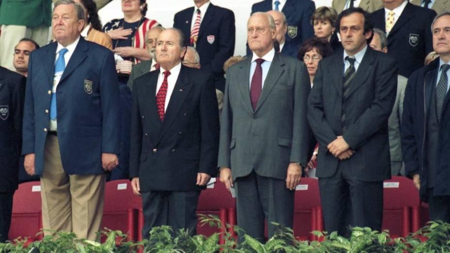 João Havelange entre os dirigentes Michel Platini, Joseph Blatter e Lennart Johansson, na Copa da França, em 1998