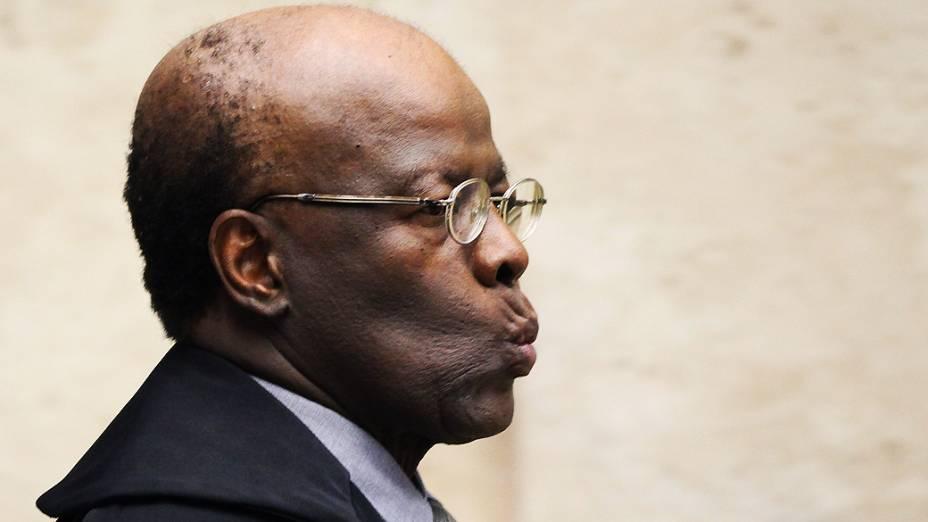 O presidente do Supremo Tribunal Federal (STF), ministro Joaquim Barbosa, durante análise dos recursos apresentados pelas defesas dos 25 réus condenados pela corte, os chamados embargos, nesta quinta-feira (12)