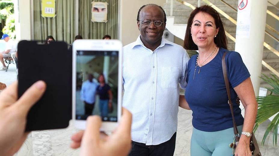 O ministro Joaquim Barbosa, tira foto com eleitora ao chegar para votar no Clube Monte Libano na zona sul do Rio de Janeiro