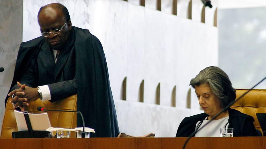 O ministro e relator Joaquim Barbosa no plenário do Supremo Tribunal Federal (STF), em Brasília, durante a 24ª sessão de julgamento do processo do mensalão, nesta segunda-feira (17)