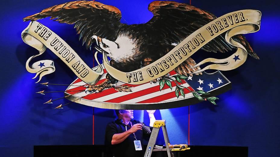 Homem arruma cenário para debate entre o democrata Joe Biden e o republicano Paul Ryan, nos EUA, em 11/10/2012