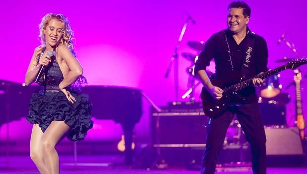 Joelma e Chimbinha, da banda Calypso, se apresentando na festa de lançamento da nova programação de 2011 da Rede Globo, no Teatro Alfa