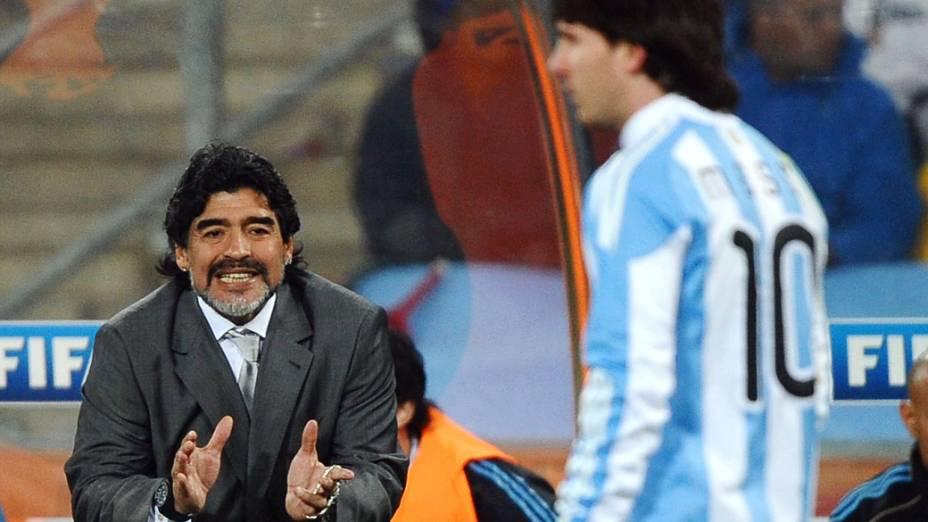 O técnico argentino Diego Maradona da instruções ao jogador Lionel Messi, durante partida da Copa do Mundo, em 2010