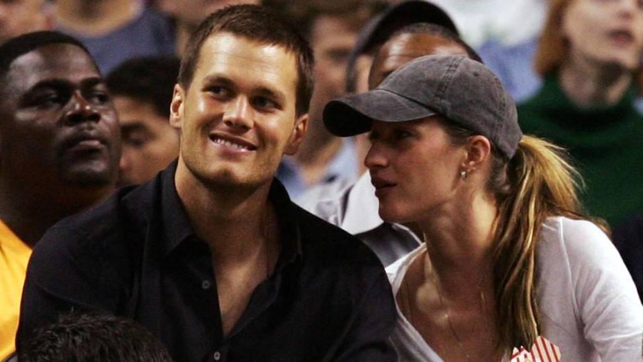 Tom Brady e a esposa Gisele Bündchen assistem partida de basquete em Boston