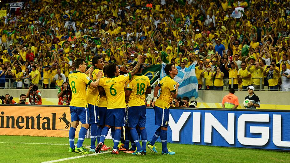 Jogadores do Brasil comemoram o segundo gol contra o México, pela Copa das Confederações em Fortaleza