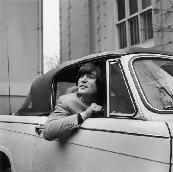 John Lennon posa com seu Triumph Herald conversível em fevereiro de 1965