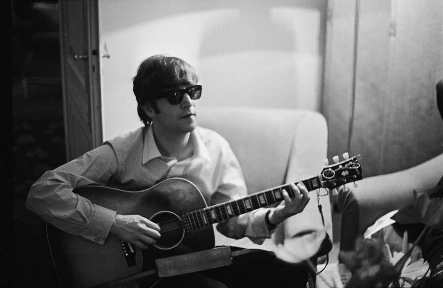 John Lennon em hotel parisiense em janeiro de 1964