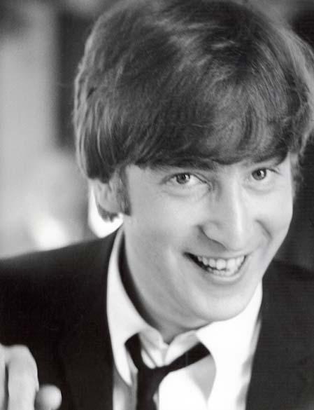 John Lennon durante as gravações do filme <em>Os Reis do Iê, Iê, Iê</em> com os Beatles em março de 1964
