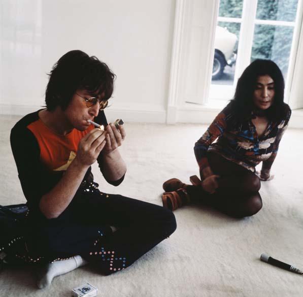 John Lennon e Yoko Ono em sua casa em Ascot, Inglaterra, em 1974